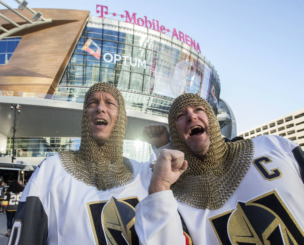 Los fanáticos de los Golden Knights, Eric Winfrey, a la izquierda, y Mark Balconi, antes del inicio del juego de hockey NHL de Las Vegas con los Philadelphia Flyers, el jueves 4 de octubre de 201 ...