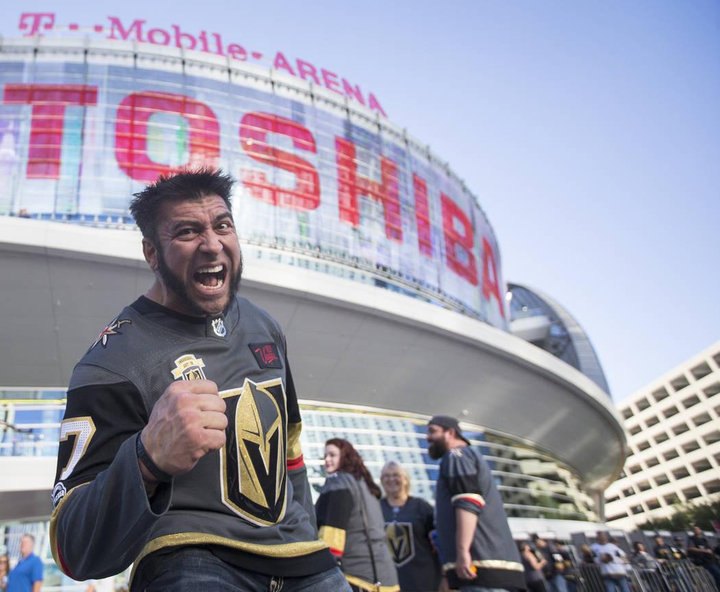 El súper fan de los Golden Knights, Jason Griego, antes del inicio del juego de hockey NHL de Las Vegas con los Philadelphia Flyers el jueves 4 de octubre de 2018, en T-Mobile Arena, en Las Vegas ...