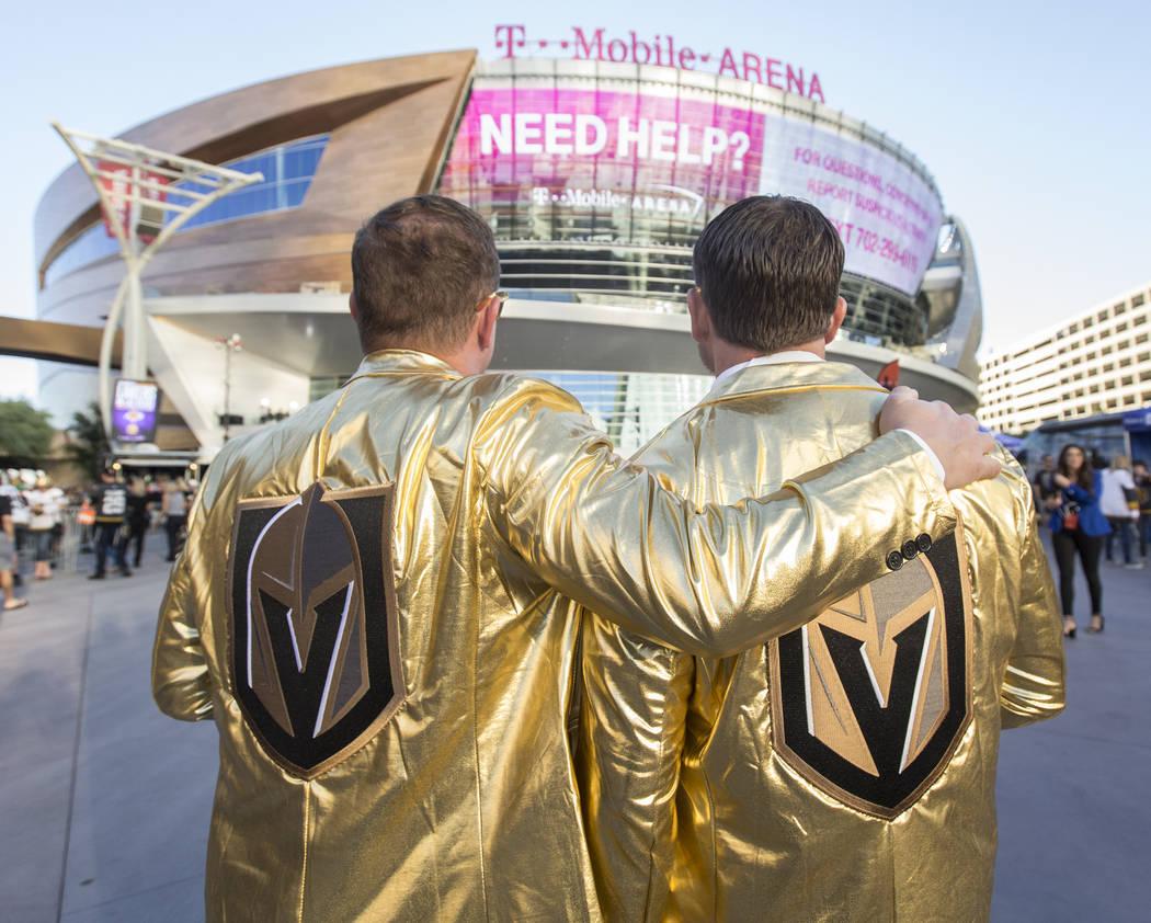 Los fanáticos de los Golden Knights, Eric Foley, a la izquierda, y Karl Rutledge se toman un momento para ver la T-Mobile Arena antes del inicio del juego de hockey NHL de Las Vegas con los Phila ...