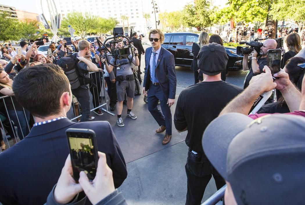 El defensa de los Golden Knights, Jon Merrill, llega antes de que los Golden Knights se enfrenten a los Philadelphia Flyers en su juego de apertura de temporada en T-Mobile Arena de Las Vegas el j ...