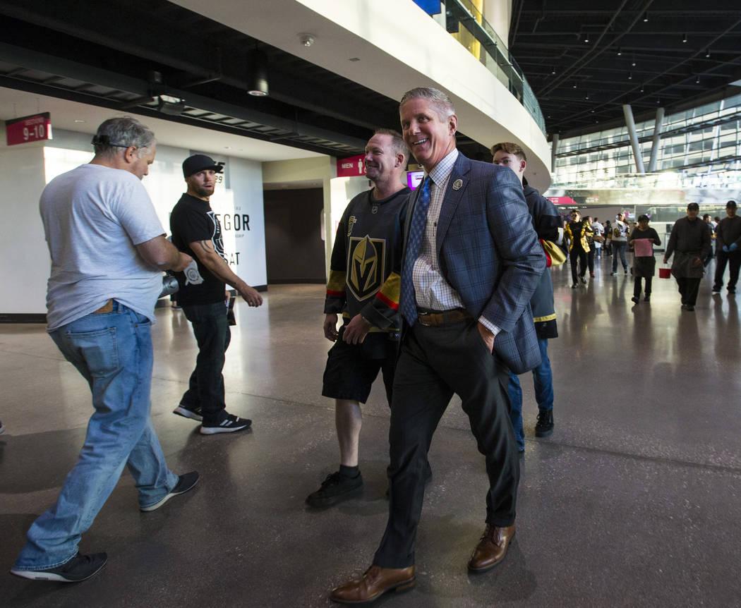 Kerry Bubolz, presidente de los Golden Knights, camina por la explanada antes de que los Golden Knights se enfrenten a los Philadelphia Flyers en su juego de apertura de la temporada en T-Mobile A ...