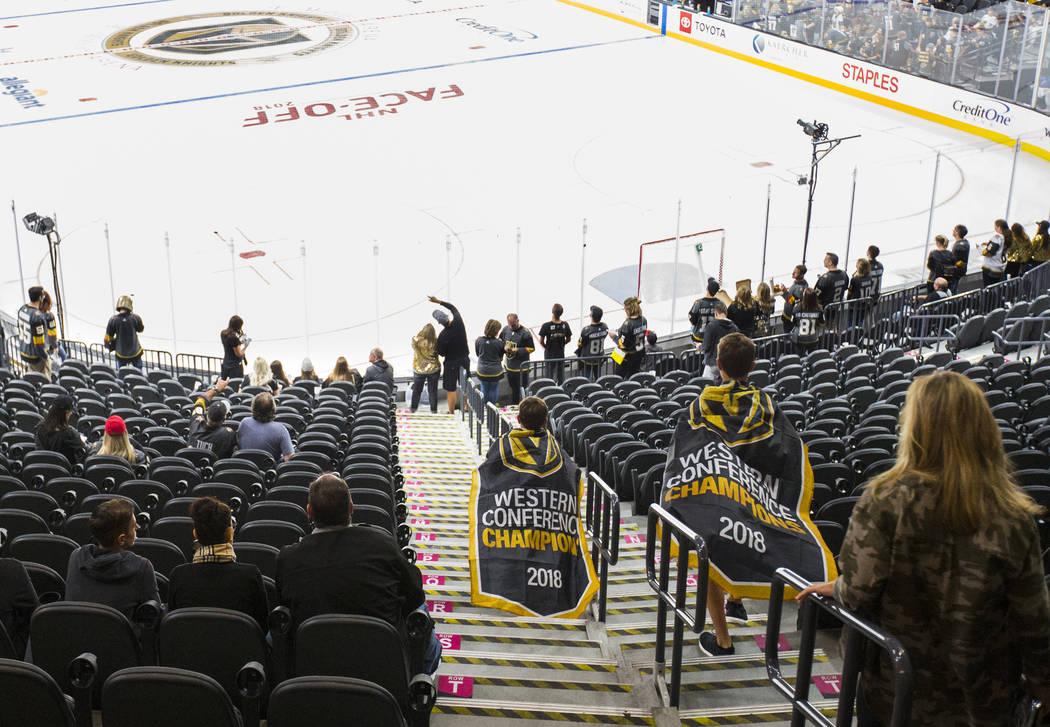 Los fans se dirigen a sus asientos para el juego de apertura de la temporada entre los Golden Knights y los Philadelphia Flyers en el T-Mobile Arena en Las Vegas el jueves 4 de octubre de 2018. Ch ...
