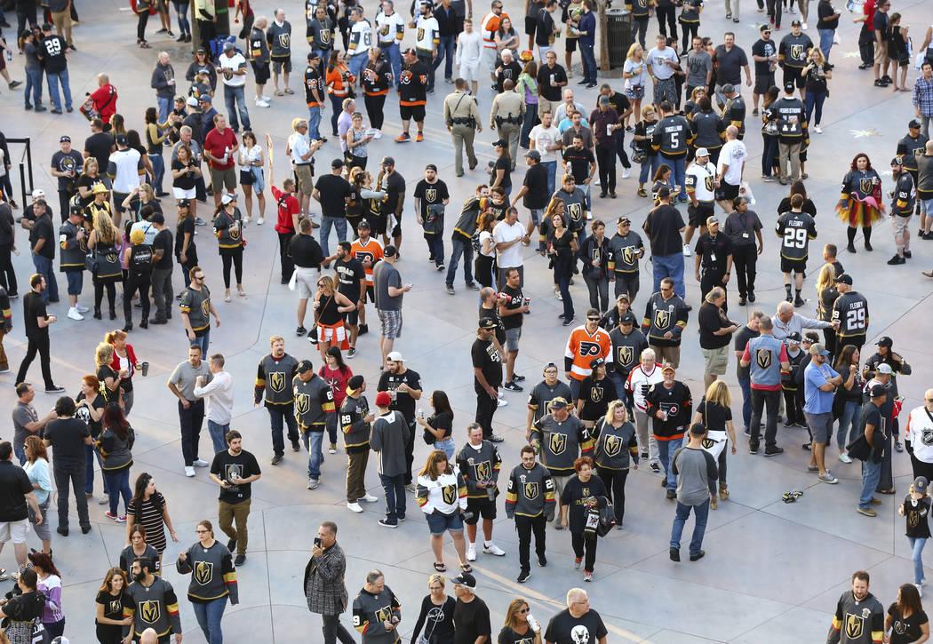 Los fans llegan al juego de apertura de la temporada entre los Golden Knights y los Philadelphia Flyers en T-Mobile Arena de Las Vegas el jueves 4 de octubre de 2018. Chase Stevens Las Vegas Revie ...
