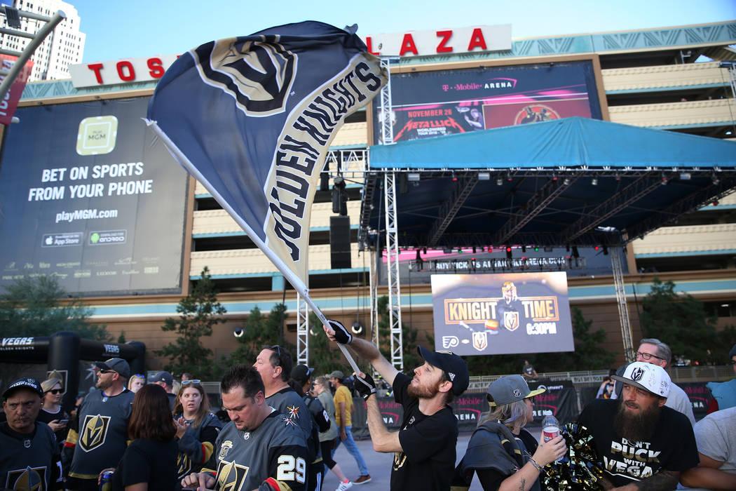 Matt Helfst de Las Vegas ondea su bandera de los Golden Knights de Las Vegas antes de la apertura del equipo en T-Mobile Arena en Las Vegas, el jueves 4 de octubre de 2018. Erik Verduzco Las Vegas ...