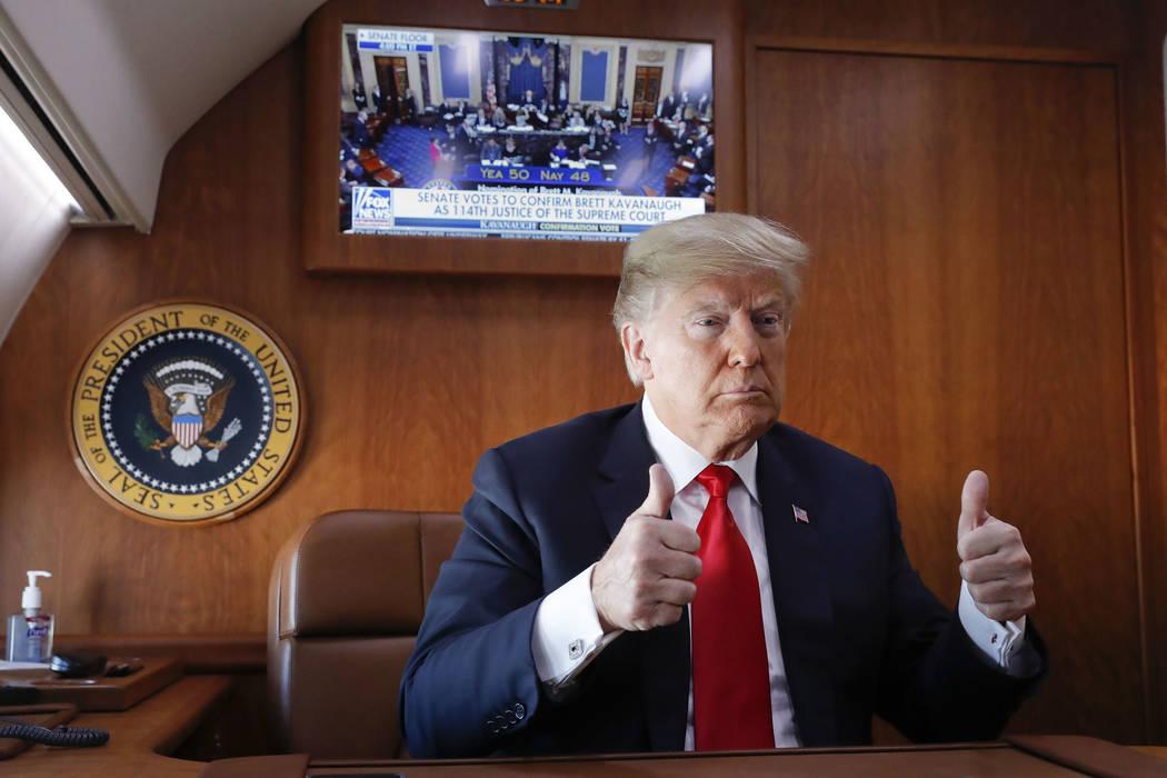 El presidente Donald Trump, a bordo de Air Force One, hace un gesto de aprobación mientras ve una transmisión televisiva en vivo del voto de confirmación del Senado del candidato a la Corte Sup ...