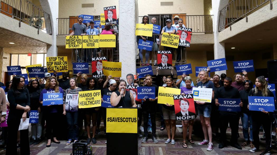 Annette Magnus, directora ejecutiva de Battle Born Progress, se opone a la confirmación del nominado a la Corte Suprema Brett Kavanaugh durante un mitin en las oficinas de For Nevada's Future en ...