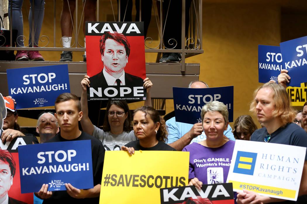 La gente escucha a un orador en un mitin que se opone a la confirmación del candidato a la Corte Suprema Brett Kavanaugh en las oficinas de For Nevada's Future en Las Vegas el sábado 6 de octubr ...