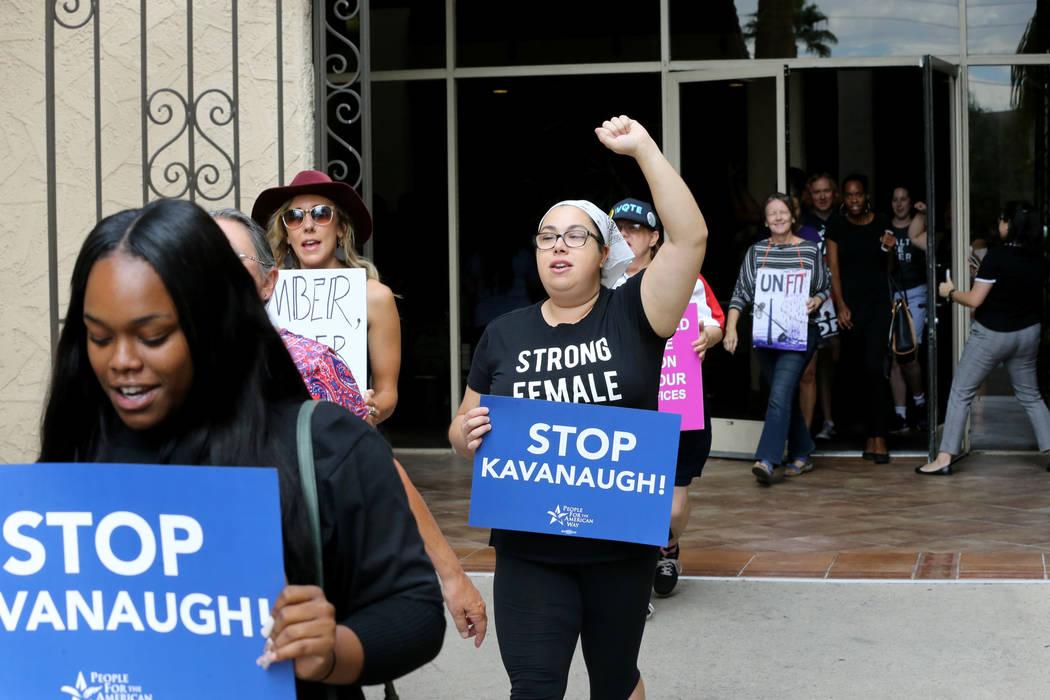 La gente marcha en un mitin que se opone a la confirmación del nominado a la Corte Suprema Brett Kavanaugh en las oficinas de For Nevada's Future en Las Vegas el sábado 6 de octubre de 2018. K.M ...