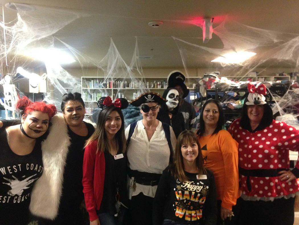 Personal de The Shade Tree durante una de sus pasadas fiestas de Halloween. Foto Cortesía.