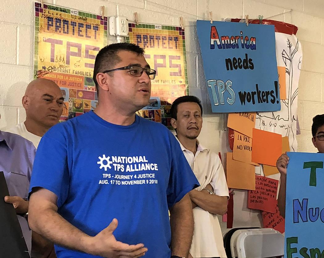 El salvadoreño Donis Hernández habla sobre el bloqueo de un juez a la terminación del TPS. Jueves 4 de octubre 2018, en el Centro de Trabajadores de Las Vegas. Foto Valdemar González / El Tiem ...