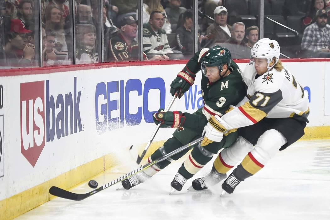 El centro de Minnesota, Wild Mikko Koivu (9), y el centro de Vegas Golden Knights, William Karlsson (71), luchan por el puck en el primer período durante un partido de hockey de la NHL el sábado ...