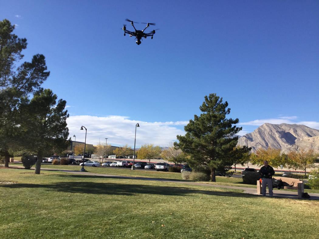 El Departamento de Policía Metropolitana compró cinco drones de Yuneec. Un oficial de la Policía Metropolitana pilotea la nave no tripulada de Yunnec utilizada para propósitos de entrenamiento ...
