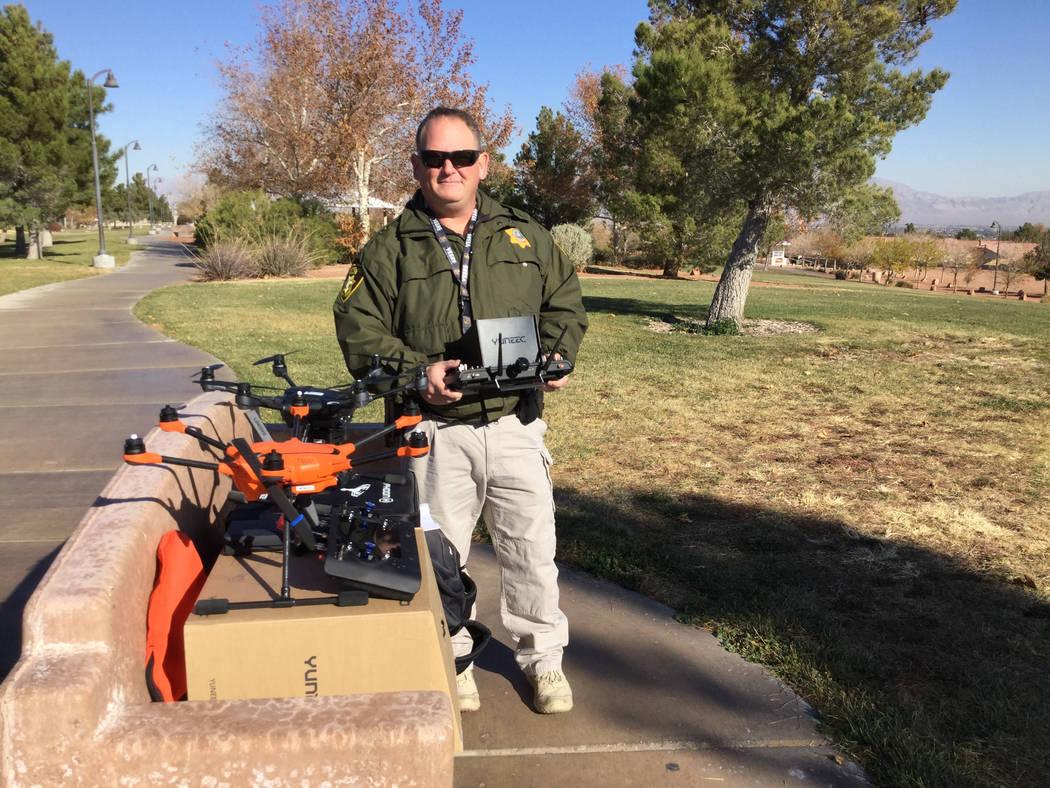 El oficial del Departamento de Policía Metropolitana, David Martel, es el pequeño gerente del programa de sistemas aéreos no tripulados del departamento. Martel usó el dron naranja, el Yuneec ...