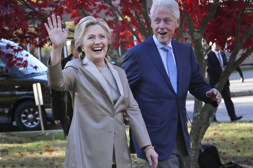 """Hillary y Bill Clinton anunciaron el lunes que visitarán cuatro ciudades en 2018 y nueve en 2019 en toda América del Norte en una serie de conversaciones denominadas """"Una velada con el president ..."""