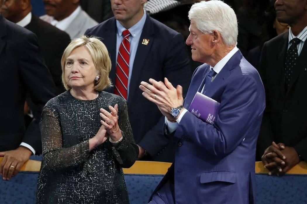 El ex presidente Bill Clinton y su esposa Hillary Clinton aplauden durante el funeral de Aretha Franklin en Greater Grace Temple, el viernes 31 de agosto de 2018, en Detroit. Los Clinton estarán ...
