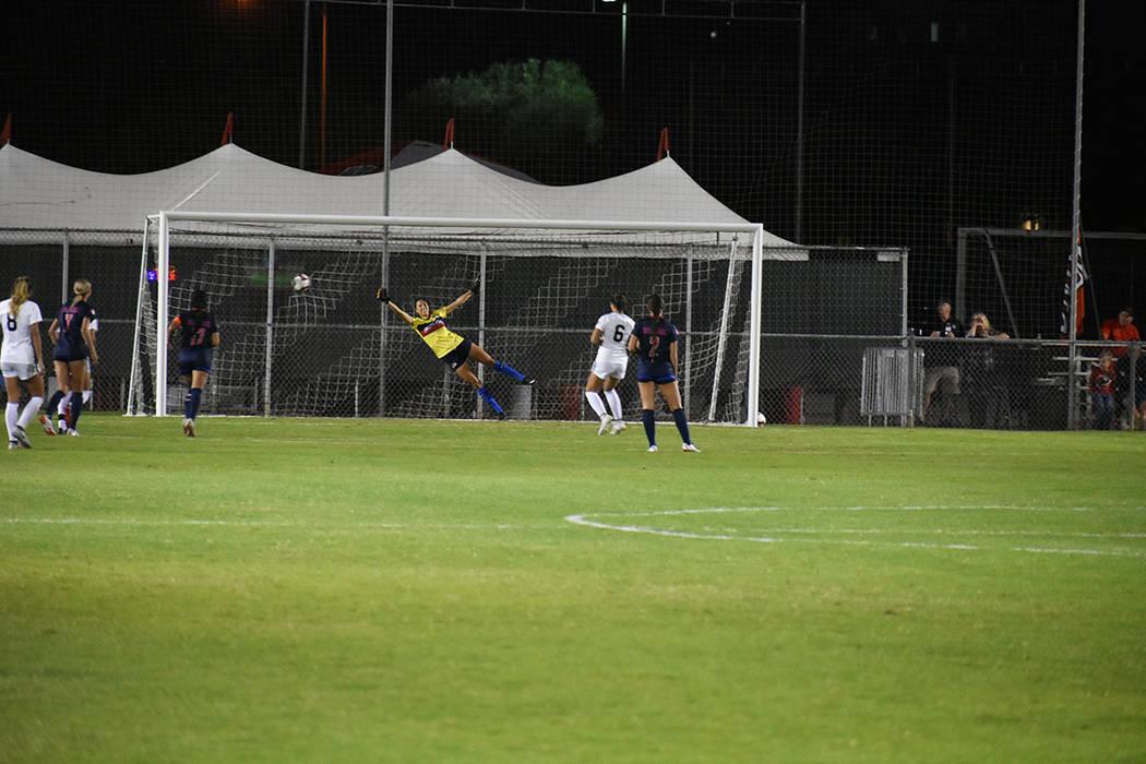 Momento en que Katie Ballou (6) marca de penal el primer gol para UNLV. Viernes 5 de octubre de 2018 en campo Peter Johan Memorial. Foto Anthony Avellaneda / El Tiempo.