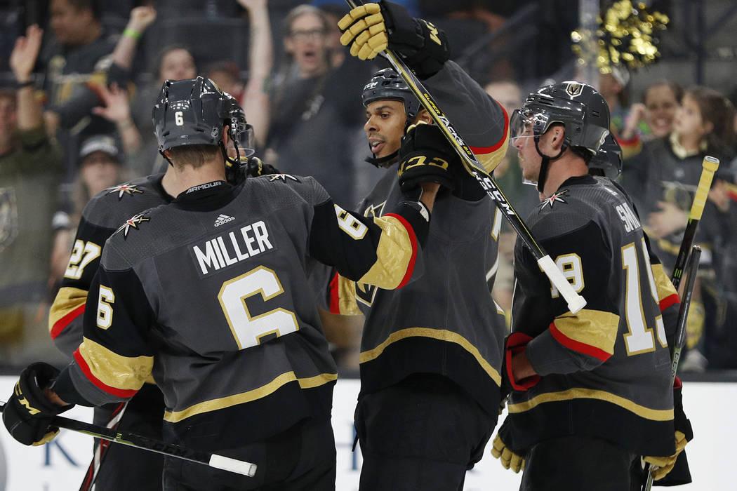 El alero derecho de los Golden Knights de Las Vegas, Ryan Reaves, en el centro, se celebra luego de anotar contra Los Ángeles Kings durante el segundo período de un partido de hockey de la NHL d ...