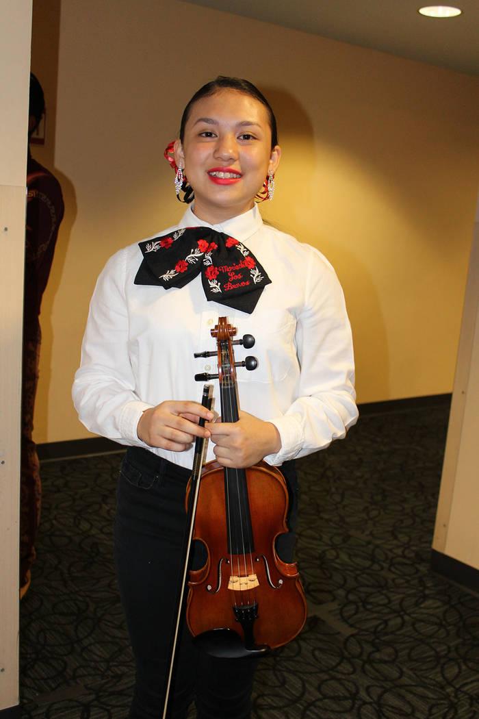 Iris Hong es violinista en el Mariachi Bravos. Viernes 5 de octubre de 2018, en el foro de la Biblioteca del Condado Clark. Foto Cristian De la Rosa / El Tiempo - Contribuidor.