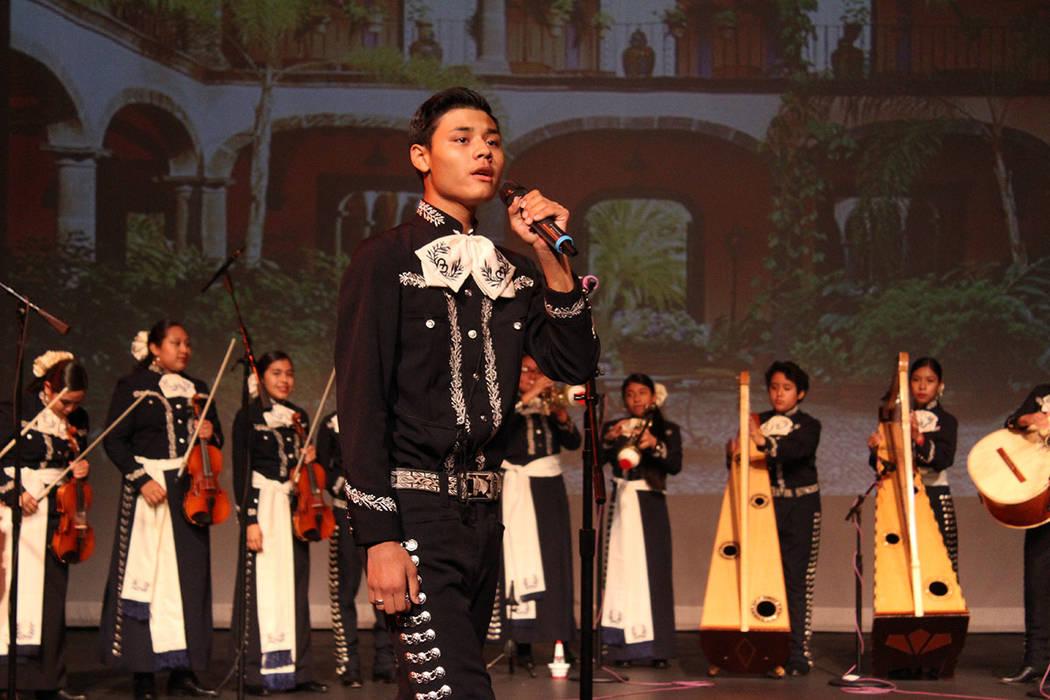 La clase de mariachi está dedicada a reconocer y fortalecer la diversidad. Viernes 5 de octubre de 2018, en el foro de la Biblioteca del Condado Clark. Foto Cristian De la Rosa / El Tiempo - Cont ...