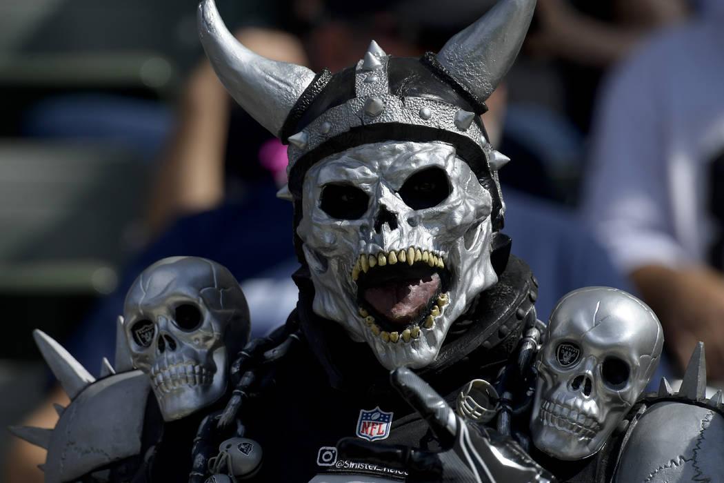 Un fano de los Raiders de Oakland mira en un partido de fútbol de la NFL contra Los Ángeles Chargers el domingo 7 de octubre de 2018, en Carson, California (AP Photo / Mark J. Terrill)