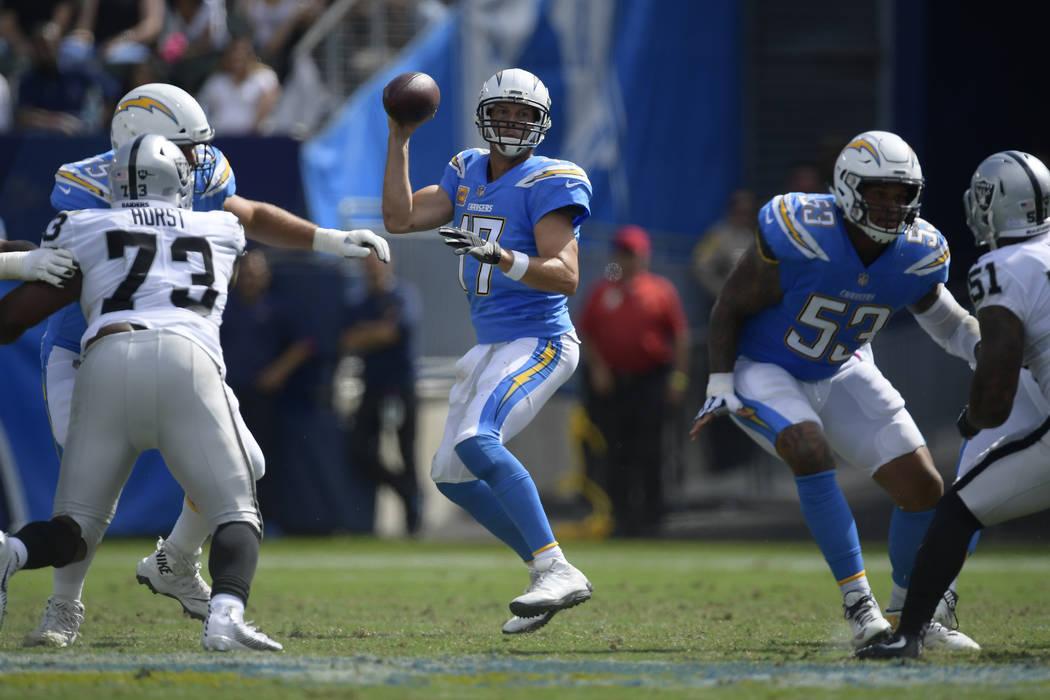 El mariscal de campo de Los Ángeles Chargers, Philip Rivers, busca lanzar un pase durante la primera mitad de un partido de fútbol de la NFL contra los Raiders de Oakland el domingo 7 de octubre ...