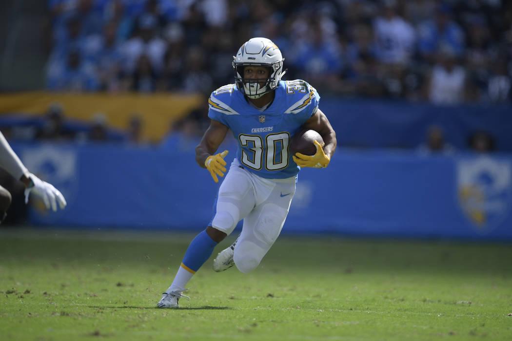 El corredor de los Chargers, Austin Ekeler, corre para un touchdown durante la primera mitad de un partido de fútbol de la NFL contra los Raiders de Oakland el domingo 7 de octubre de 2018, en Ca ...