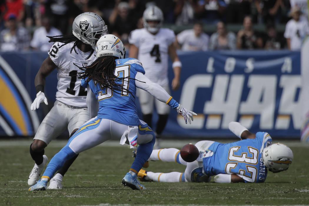 El defensa de Los Ángeles Chargers, Jahleel Addae (37), reacciona después de un balón suelto del receptor abierto de los Oakland Raiders, Martavis Bryant, durante la primera mitad de un partido ...
