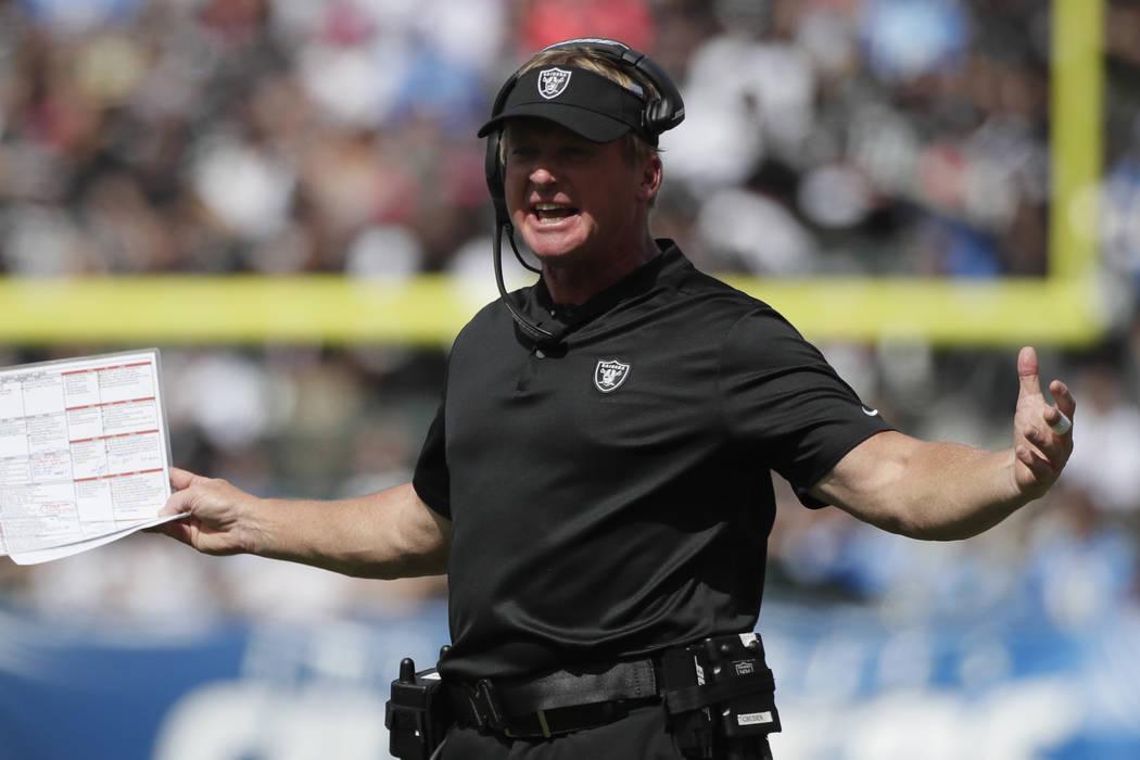 El entrenador en jefe de los Raiders de Oakland, Jon Gruden, observa durante la primera mitad de un partido de fútbol de la NFL contra los Cahrgers de Los Ángeles el domingo 7 de octubre de 2018 ...