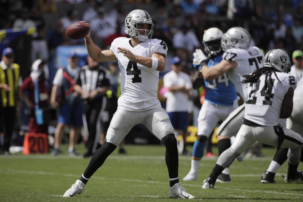 El mariscal de campo de los Raiders de Oakland, Derek Carr, lanza un pase durante la primera mitad de un partido de fútbol de la NFL contra los Chargers de Los Ángeles el domingo 7 de octubre de ...