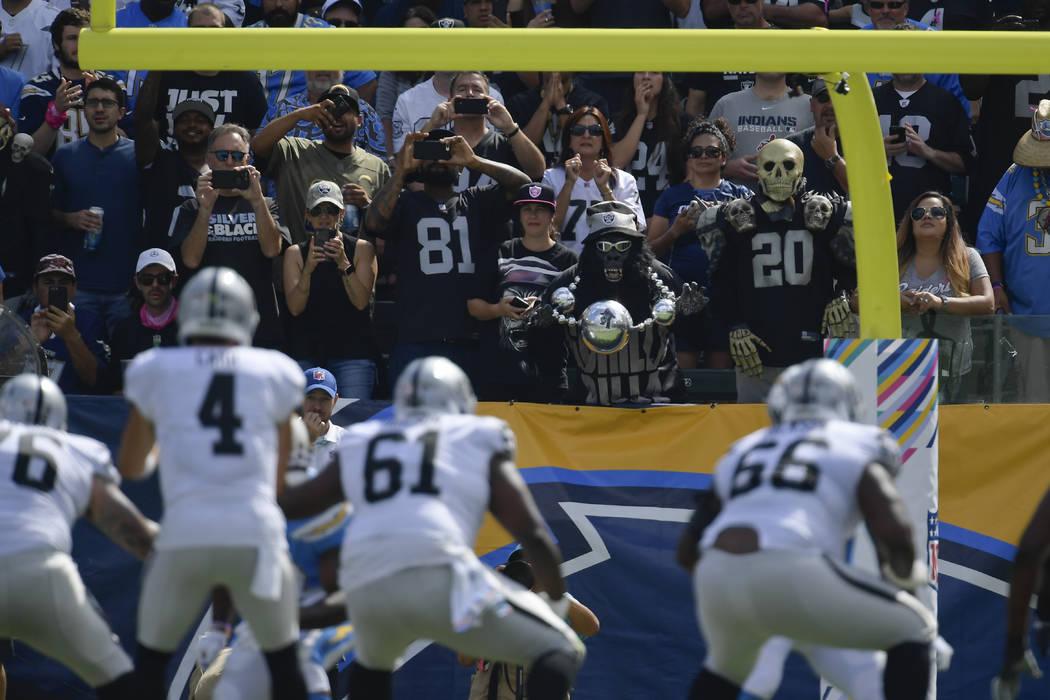 Los fans de los Raiders de Oakland observan durante la primera mitad de un partido de fútbol de la NFL contra Los Ángeles Chargers el domingo 7 de octubre de 2018, en Carson, California (AP Phot ...