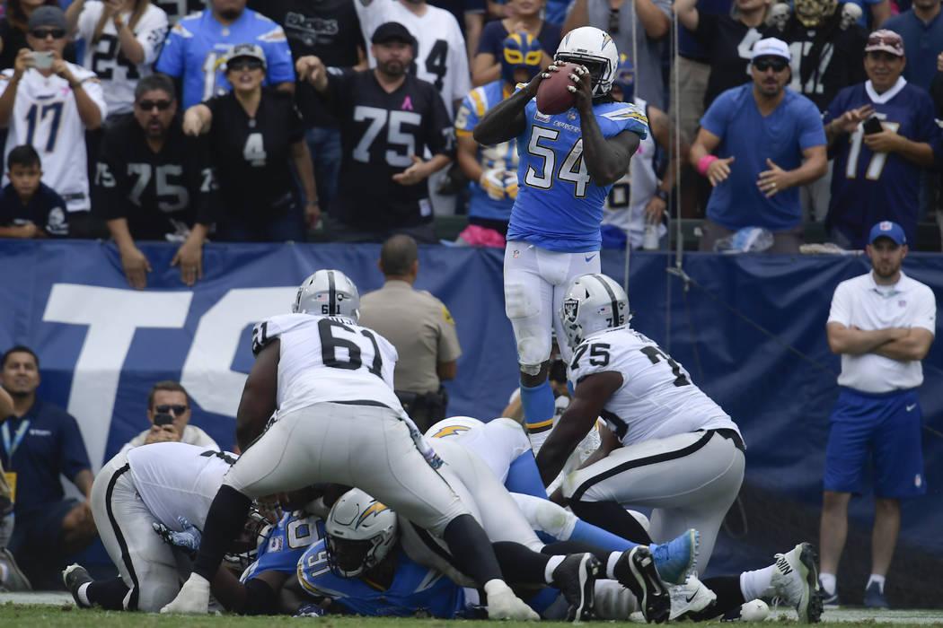 El alero defensivo de los Ángeles Chargers, Melvin Ingram, intercepta un pase durante la segunda mitad de un partido de fútbol de la NFL contra los Raiders de Oakland el domingo 7 de octubre de ...