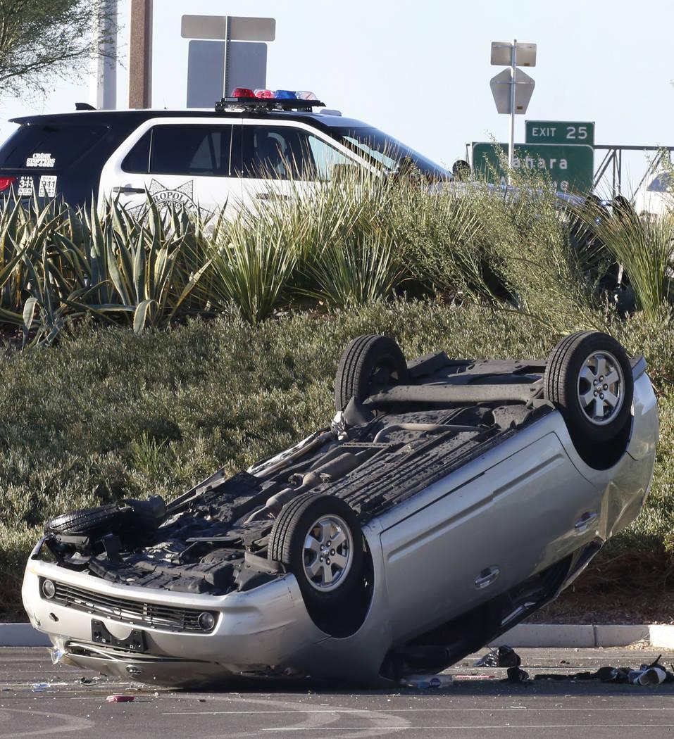La policía de Las Vegas está buscando a un conductor que huyó a pie después de un accidente de volcadura en el 1765 Festival Plaza Drive en Downtown Summerlin el lunes, 8 de octubre de 2018, e ...