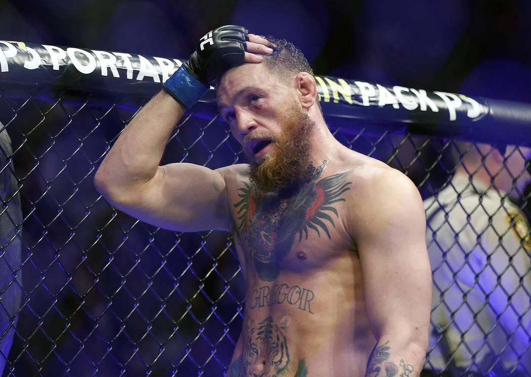 Conor McGregor reacciona después de perder ante Khabib Nurmagomedov en un combate de artes marciales mixtas de título ligero en UFC 229 en Las Vegas, sábado 6 de octubre de 2018. Nurmagomedov g ...