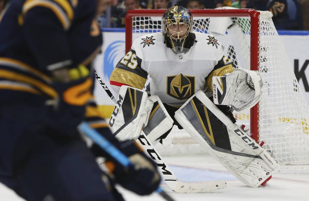 El portero Marc-André Fleury de los Golden Knights (29), observa durante el tercer período de un juego de hockey de la NHL contra los Buffalo Sabres, el lunes 8 de octubre de 2018, en Buffalo N. ...