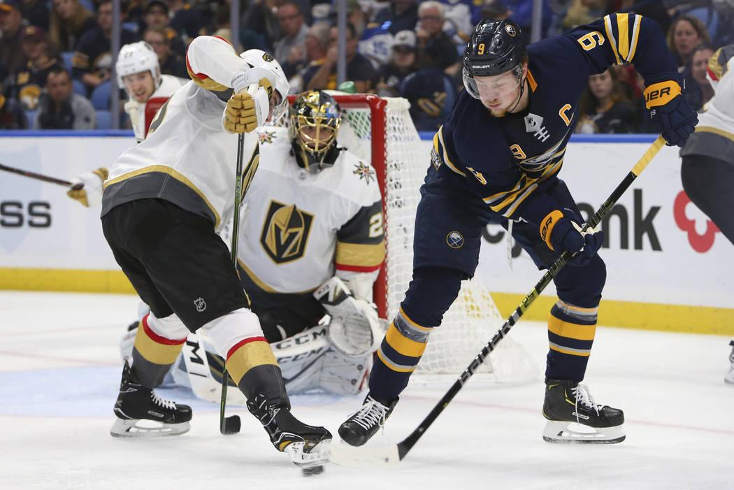 El delantero de los Buffalo Sabres, Jack Eichel (15), pasa el puck frente al portero Marc-André Fleury (29) de los Golden Knights de Las Vegas durante el tercer período de un juego de hockey de ...