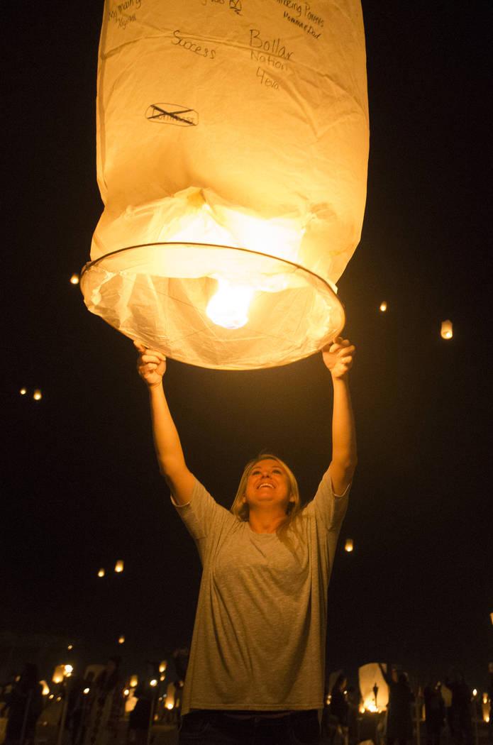 Jackie Turner, de Sima Valley, California, lanza su linterna durante el Festival RiSE Lantern en el Jean Dry Lake Bed el viernes, 5 de octubre de 2018, en Jean, Nevada. Benjamin Hager Las Vegas Re ...