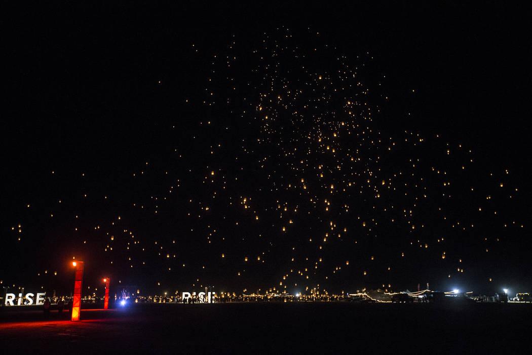 Los participantes lanzan sus linternas durante el Festival RiSE Lantern en el Jean Dry Lake Bed el viernes 5 de octubre de 2018 en Jean, Nevada. Benjamin Hager Las Vegas Review-Journal @benjaminhphoto