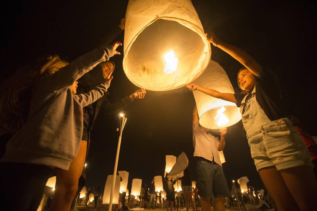 Jade Laos, a la derecha, espera lanzar su linterna durante el Festival RiSE Lantern en el Jean Dry Lake Bed el viernes 5 de octubre de 2018, en Jean, Nevada. Benjamin Hager Las Vegas Review-Journa ...
