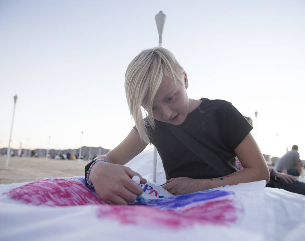 Keeley Milner diseña su linterna durante el Festival RiSE Lantern en Jean Dry Lake Bed el viernes 5 de octubre de 2018, en Jean, Nevada. Benjamin Hager Las Vegas Review-Journal @benjaminhphoto
