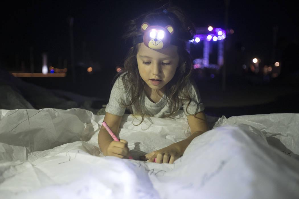 Charlize Torres, de Upland, California, diseña su linterna durante el Festival RiSE Lantern en el Jean Dry Lake Bed el viernes 5 de octubre de 2018, en Jean, Nevada. Benjamin Hager Las Vegas Revi ...