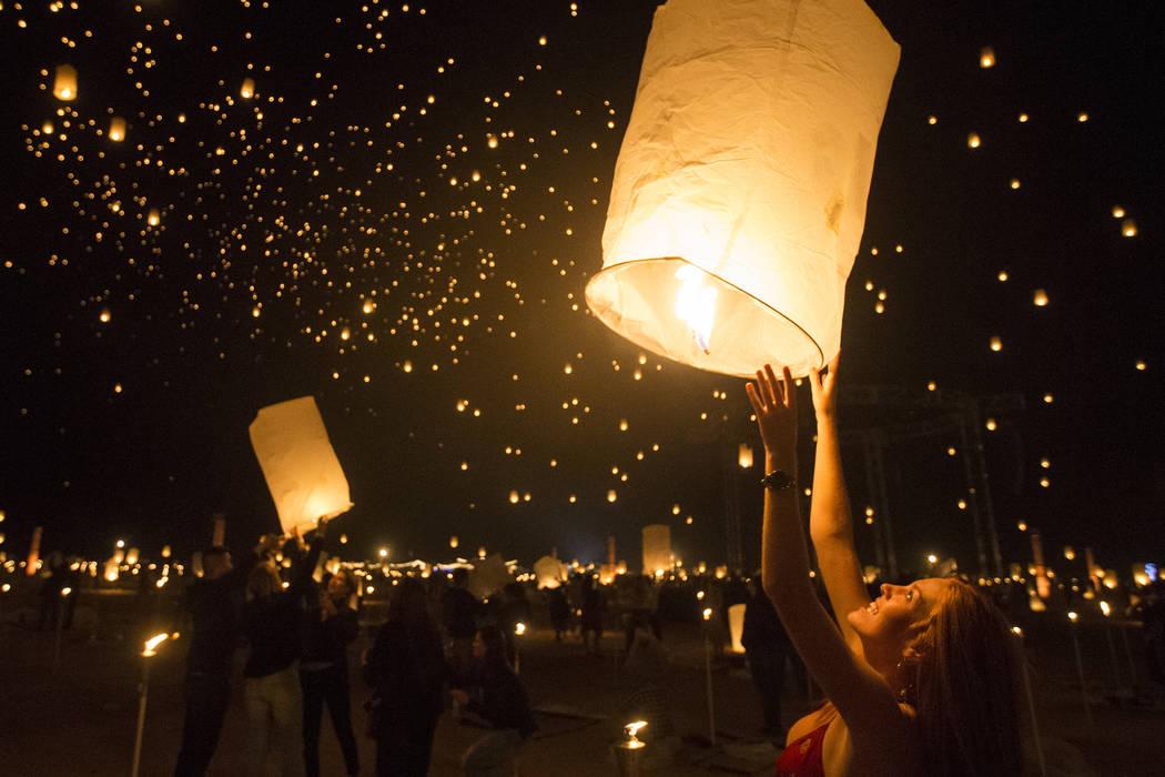 Delaney Evans lanza su linterna durante el Festival RiSE Lantern en Jean Dry Lake Bed el viernes 5 de octubre de 2018 en Jean, Nevada. Benjamin Hager Las Vegas Review-Journal @benjaminhphoto