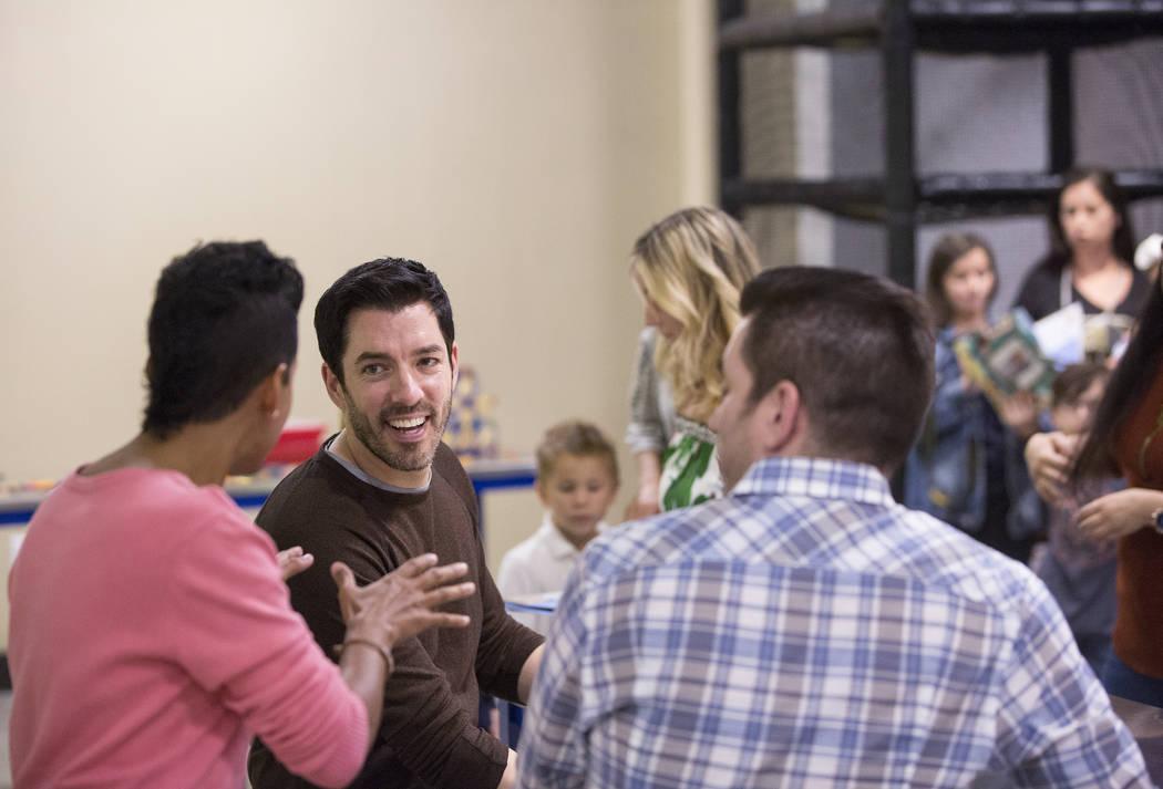 """Drew, izquierda y Jonathan Scott, de """"Property Brothers"""", hablan con los fans durante una firma de libros en el Discovery Children's Museum el lunes 8 de octubre de 2018, en Las Vegas. Benjamin Ha ..."""