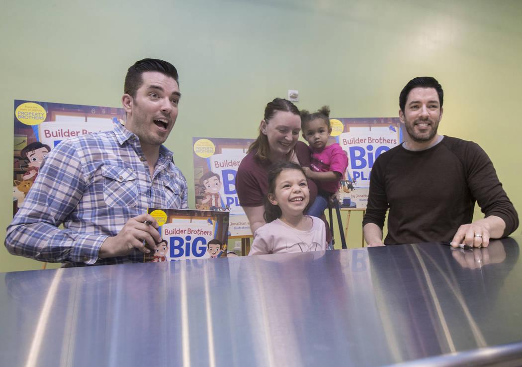 """Jonathan, a la izquierda, y Drew Scott, de """"Property Brothers"""", se toman una foto con Aubrey Bousley y sus hijas Sabrina, de pie, y Katie, durante una firma de libros en el Discovery Children's Mu ..."""