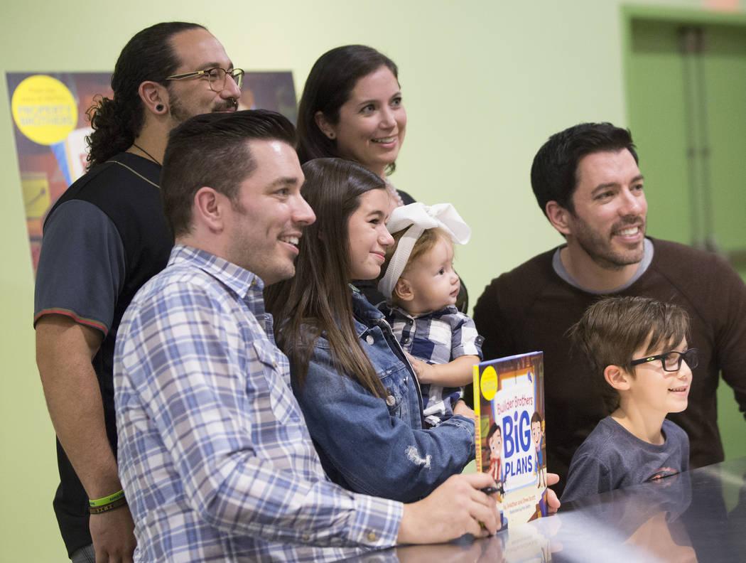 """Jonathan, a la izquierda, y Drew Scott de """"Property Brothers"""" toman fotos con los fans durante una firma de libros en el Discovery Children's Museum el lunes 8 de octubre de 2018, en Las Vegas. Be ..."""