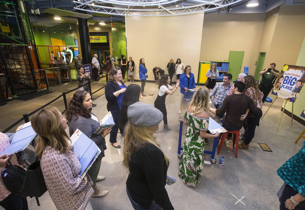 """Jonathan y Drew Scott, de """"Property Brothers"""", se toman fotos con admiradores durante la firma de un libro en el Discovery Children's Museum el lunes, 8 de octubre de 2018, en Las Vegas. Benjamin ..."""