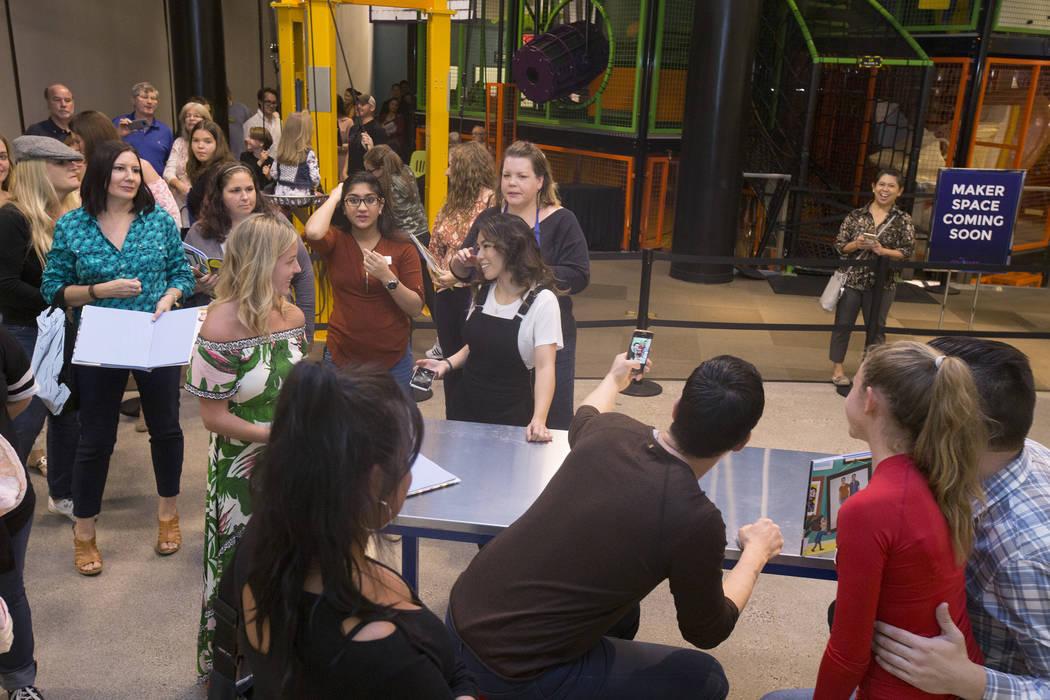 """Jonathan, a la derecha, y Drew Scott, de """"Property Brothers"""", se toman una selfie con los fans durante una firma de libros en el Discovery Children's Museum el lunes 8 de octubre de 2018, en Las V ..."""