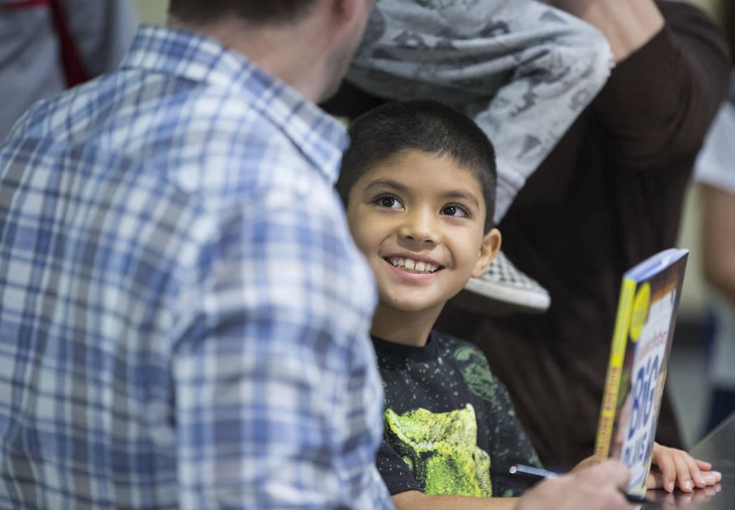 """Julian Carrera, de 6 años, sonríe a Jonathan Scott de """"Property Brothers"""" durante la firma de un libro en el Discovery Children's Museum el lunes 8 de octubre de 2018, en Las Vegas. Benjamin Hag ..."""