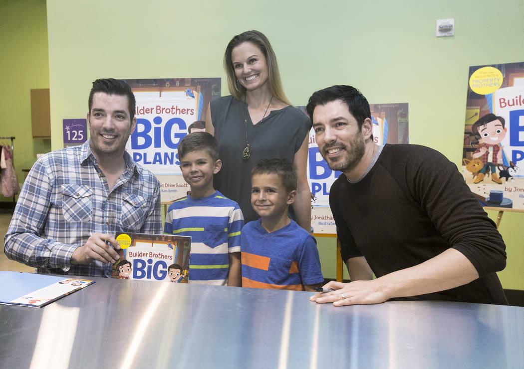 """Jonathan, a la izquierda, y Drew Scott, de """"Property Brothers"""", se toman una foto con Lyndsey Thomas y sus hijos Alexander, a la izquierda, y Gabriel durante una firma de libros en el Discovery Ch ..."""
