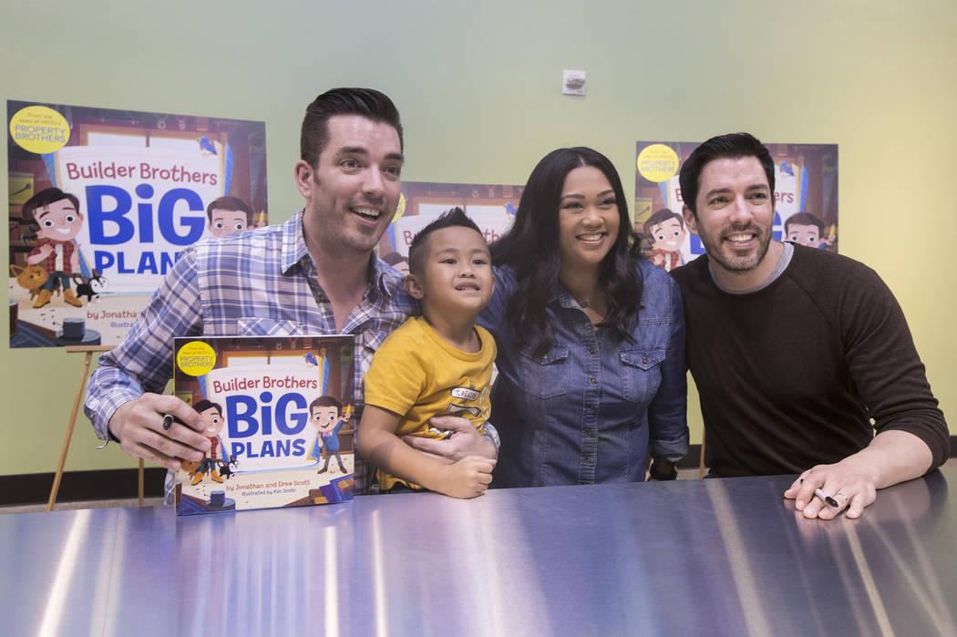 """Jonathan, a la izquierda, y Drew Scott, de """"Property Brothers"""", se toman una foto con Lynn Halili y su hijo Kai, de 5 años, durante una firma de libros en el Discovery Children's Museum el 8 de o ..."""