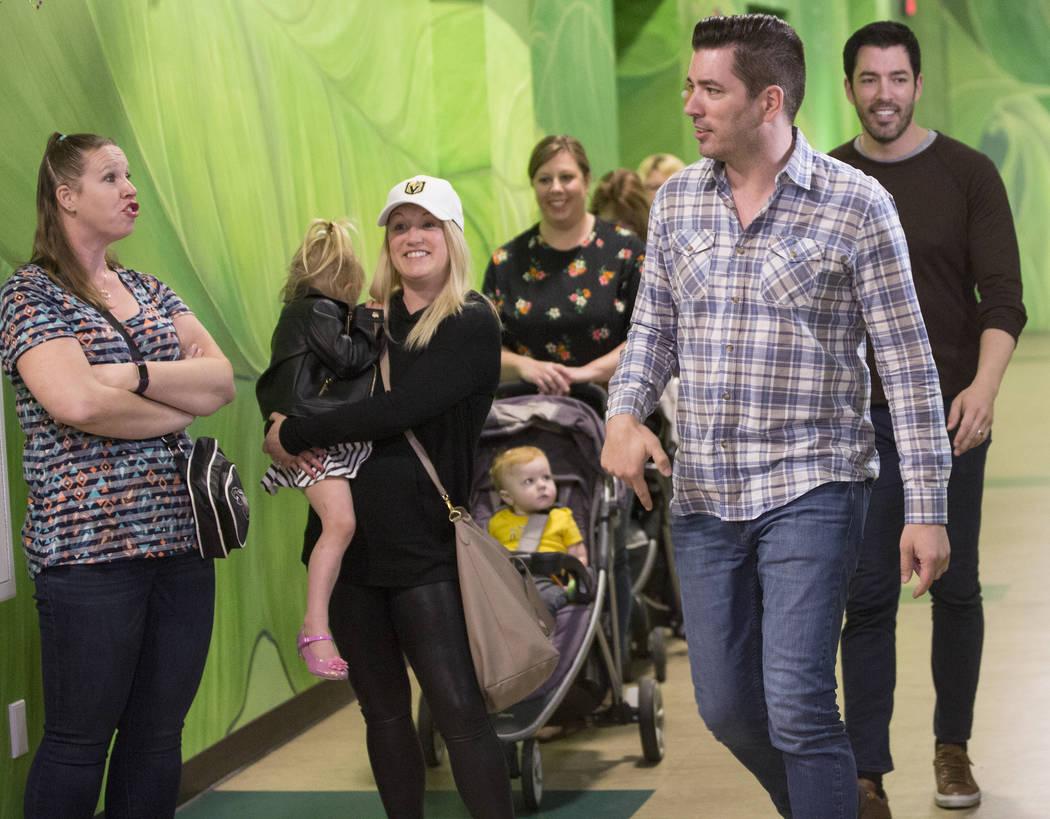"""Jonathan, en medio/derecho, y Drew Scott de """"Property Brothers"""" sorprendieron a los fans durante una firma de libros en el Discovery Children's Museum el lunes 8 de octubre de 2018, en Las Vegas. ..."""